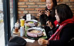 Giới trẻ hào hứng tự chế beefsteak tại bàn với thực đơn tùy chọn kiểu Nhật