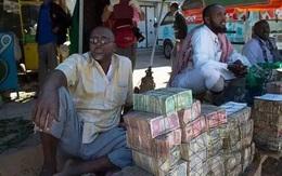 """Quốc gia """"nghèo"""" đến mức người dân chẳng có gì ngoài tiền, đành phải bán tiền để kiếm sống"""