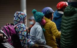 Hà Nội đón đợt không khí lạnh mạnh, người dân thu mình trong áo ấm xuống đường trong sớm đầu tuần
