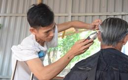 Vợ bỏ đi, người chồng tàn tật ở Hà Tĩnh chống nạng cắt tóc nuôi 4 đứa con thơ