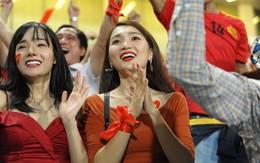Người yêu Duy Mạnh, Tiến Dũng, Văn Đức... rạng rỡ trên khán đài cổ vũ trận Việt Nam - Malaysia