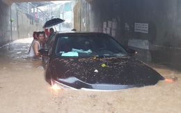 """Chùm ảnh ngập lụt kinh hoàng ở TP.Nha Trang: Ô tô """"bơi"""" như tàu ngầm, đồ vật trong nhà chìm dưới biển nước"""