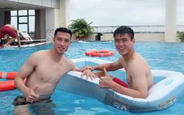 """Mạnh """"gắt"""" khoe body ở bể bơi, Đức Chinh trêu chọc thầy Park trong buổi sáng đầu tiên ở Myanmar"""