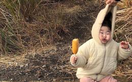 Cách bố cứu con khỏi cú ngã siêu đáng yêu: Xách luôn mũ áo khoác lên làm con méo hết cả mặt!
