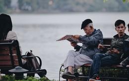 """Ngày mùa đông chính thức """"chạm ngõ"""" miền Bắc, người dân Hà Nội mặc áo ấm xuống phố"""