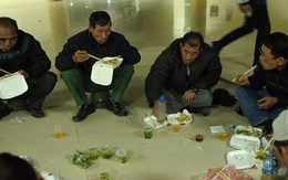 Nhiều người ngồi bệt ăn cơm, uống bia ngay tại sảnh trụ sở VFF chờ mua vé chung kết AFF Cup