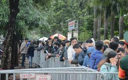 Hàng ngàn người xếp hàng dưới cái lạnh 13 độ để chờ nhận vé xem chung kết của đội tuyển Việt Nam