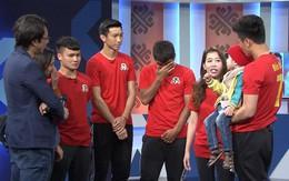 Quang Hải, Đức Chinh bật khóc trong cuộc gặp gỡ xúc động với cậu bé 4 tuổi bị ung thư não trước trận chung kết AFF Cup 2018
