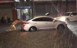 Hình ảnh đẹp ở Đà Nẵng: Giữa trận mưa lớn, chiến sỹ CSGT hì hục đẩy xe chết máy giúp người dân