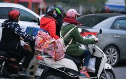 Người dân mang theo hành lí chất trên nóc ô tô, xe máy đổ về Thủ Đô sau kì nghỉ Tết Nguyên đán kéo dài 1 tuần