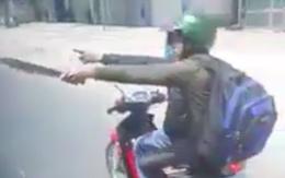 Hai thanh niên cầm hung khí chém xe khách trên quốc lộ 1
