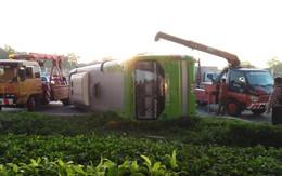 Phá cửa giải cứu gần 10 hành khách la hét thất thanh trong xe khách bị lật ở Sài Gòn