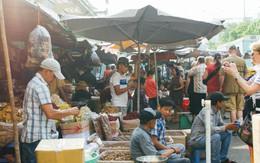 """Chợ Lớn đóng cửa trùng tu, tiểu thương vật vã ở chợ tạm dưới cái nóng như """"chảo lửa"""" ở Sài Gòn"""