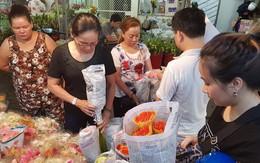 Nửa đêm, người Sài Gòn vẫn ùn ùn đi mua hoa đồng tiền giá gấp 3-4 lần bình thường để cúng thần tài
