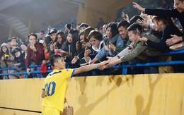 Fan bủa vây xin chữ ký, tặng đồ ăn và quà lưu niệm cho Văn Đức, Xuân Mạnh