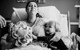 Phản ứng dữ dội của cậu bé khi mẹ vừa sinh em khiến mọi người sửng sốt