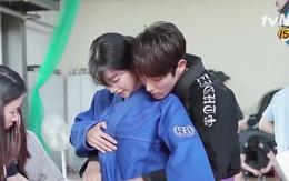 Clip hậu trường gây hiểu lầm nhất năm: Lee Jun Ki công khai... chạm vòng 1 bạn diễn nữ?