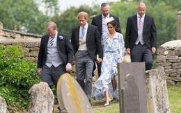 Cái nắm tay tinh tế của Hoàng tử Harry khi vợ ríu chân ghi điểm đẹp trong lòng cư dân mạng Anh quốc
