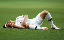 Cầu thủ Hàn Quốc đổ gục xuống sân sau trận thua đau ngày ra quân ở World Cup 2018