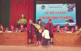 Nữ sinh viên bất ngờ được thầy giáo quỳ gối cầu hôn trong lễ trao bằng tốt nghiệp