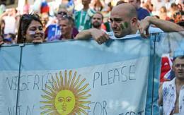 Xúc động hình ảnh CĐV Argentina khóc lóc cầu xin Nigeria đánh bại Iceland