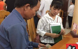 Hình ảnh cảm động: Đôi bàn tay đếm tiền lẻ cùng ánh mắt gửi trao hy vọng của bố ngày con nhập học