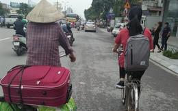 Xúc động hình ảnh 2 mẹ con đạp xe lên phố nhập học: Con dù lớn vẫn là con của mẹ, đi hết đời lòng mẹ vẫn theo con