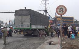 TP.HCM: Con trai bị thương, mẹ già tử vong mắc kẹt dưới gầm xe tải sau va chạm kinh hoàng