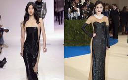 """Vừa quay trở lại sàn diễn, váy xuyên thấu gợi cảm của Ming Xi đã """"đụng hàng"""" ngay với lễ phục của Dương Mịch"""