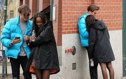 Chẳng còn ngại ngùng paparazzi, ái nữ nhà ông Obama tay trong tay hạnh phúc với bạn trai xuống phố New York