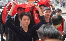 Nhiều bạn trẻ đội nắng xếp hàng nhận áo và vé xem trận bán kết giữa U23 Việt Nam và U23 Qatar tại ĐH Bách Khoa