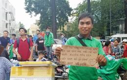 Tài xế Grab cầm biển thông báo sẽ chở khách miễn phí xuyên đêm nếu U23 Việt Nam vào chung kết