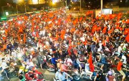 Chùm ảnh smartphone: Người dân Sài Thành rộn rã ăn mừng chiến thắng của U23 Việt Nam