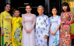 Quán quân Hồ Văn Cường phổng phao bên mẹ Phi Nhung trong chuyến từ thiện cuối năm