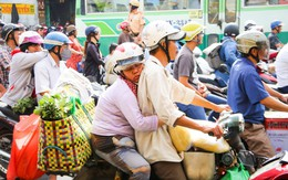 Hình ảnh người phụ nữ lấm lem siết chặt cái ôm, tranh thủ dựa lưng chồng chợp mắt trên đường phố Sài Gòn khiến nhiều người rưng rưng