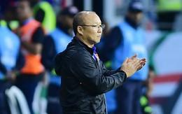 HLV Park Hang-seo lặng lẽ nhìn các học trò ăn mừng chiến thắng lịch sử của đội tuyển Việt Nam