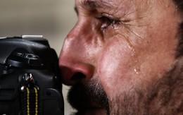 Xúc động hình ảnh phóng viên Iraq bật khóc khi đội nhà thua trận nhưng vẫn nén đau làm nhiệm vụ tại Asian Cup