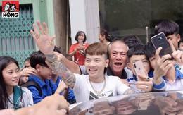 Khá Bảnh được nhiều học sinh vây quanh xin chụp ảnh như idol khi xuất hiện ngoài phố