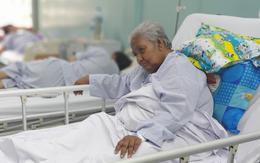 TP.HCM: Cụ bà 82 tuổi không nhà cửa bị hai thanh niên nhẫn tâm cướp vé số rồi xô té đập đầu hôn mê