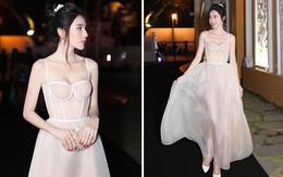 Chắc vì Thủy Tiên đẹp quá nên dù mặc váy hơi nhạy cảm, cô vẫn được khen hết lời