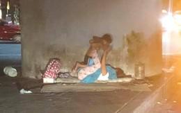 """Người mẹ vô gia cư bên góc phố và trò chơi """"xích đu"""" cùng con trai nhỏ: Dù ở đâu mẹ cũng mang cho con tuổi thơ trọn vẹn nhất"""