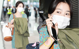 Báo Hàn đặt nghi vấn Song Hye Kyo không đeo nhẫn, nhưng vết bầm cùng hành động lấy áo che đi của cô mới gây chú ý