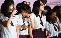 Học sinh trường Minh Khai (TPHCM) ôm nhau khóc nức nở chia tay thầy cô, bạn bè