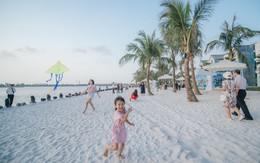 Ảnh: Lần đầu tiên người dân được tận hưởng khung cảnh biển hồ với bờ cát trắng mịn và rặng dừa xanh trải dài giữa lòng Hà Nội