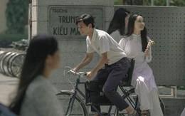 """Nhìn """"thầy Ngạn"""" chở """"Mắt Biếc"""" Hà Lan trên chiếc xe đạp cũ, bạn đã thấy thanh xuân mình thắm lại chưa?"""