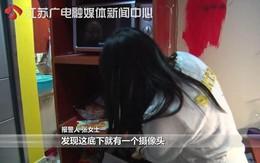 Mua nồi về nhà, cô gái trẻ định mở tủ cất thì rùng mình phát hiện một món đồ vạch trần việc làm biến thái của bạn trai cũ