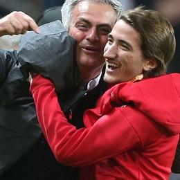 Bố con Mourinho ôm nhau ngã vật xuống sân sau khi Man Utd vô địch Europa League