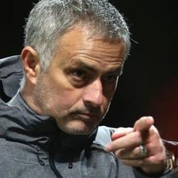 Mourinho đã nói gì với Ederson, để bị ném chai vào đầu