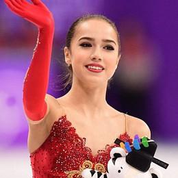"""""""Nữ hoàng sân băng"""" 15 tuổi vượt đàn chị Evgenia, giành HC vàng Olympic mùa đông"""