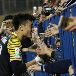 Bùi Tiến Dũng lại gây sốt: Fan chạy xuống sân xin chụp ảnh, bắt tay